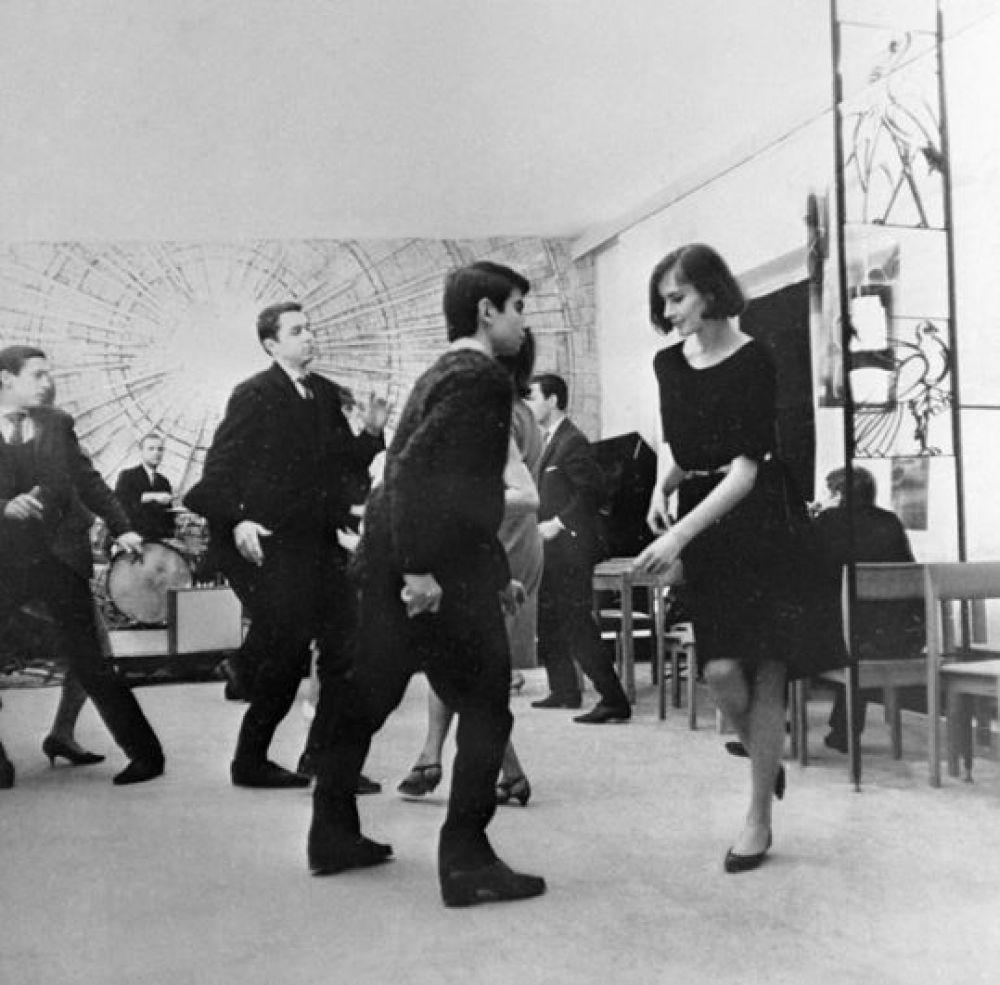 Вечер танцев в сцене из фильма «Двое». 1968 год.