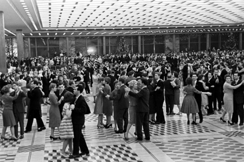 Молодые москвичи танцуют на Новогоднем балу во Дворце съездов. 1964 год.