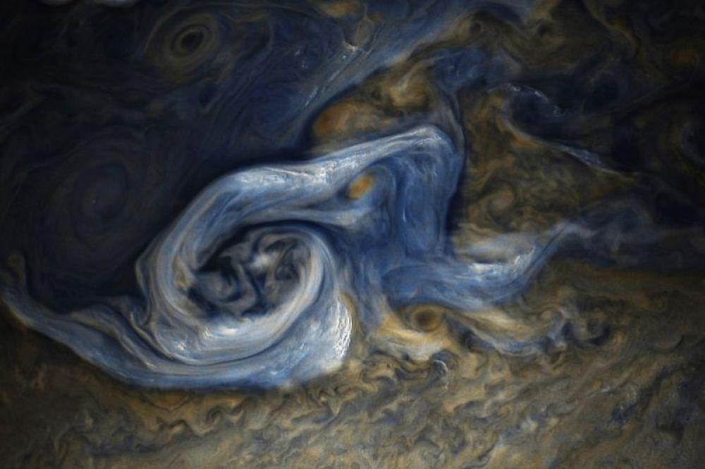 Буря в северном полушарии Юпитера. Снимок сделан космическим аппаратом «Юнона».