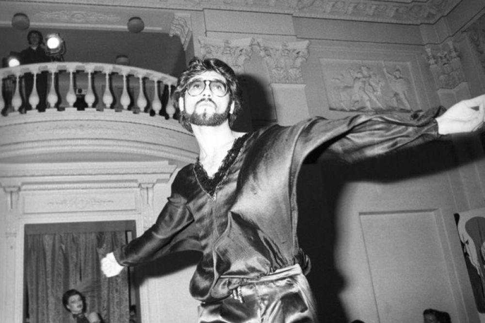 Артист самодеятельного ансамбля во время выступления на дискотеке в Московском городском доме учителя. 1981 год.