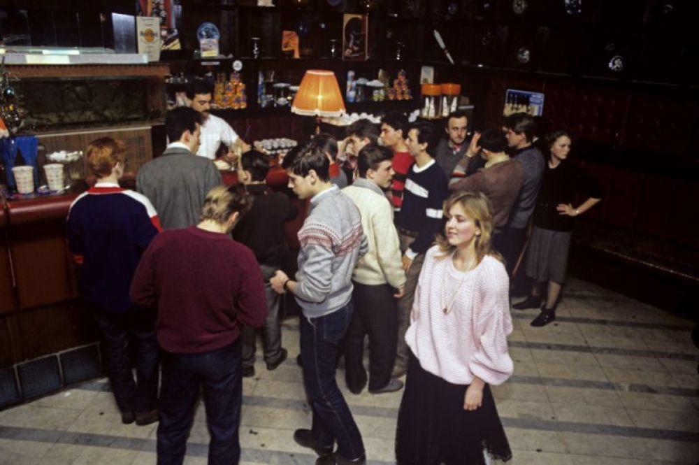 Олимпийская деревня, клуб-кафе «У фонтана». 1987 год.
