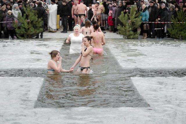 Картинки по запросу крещение окунание в прорубь