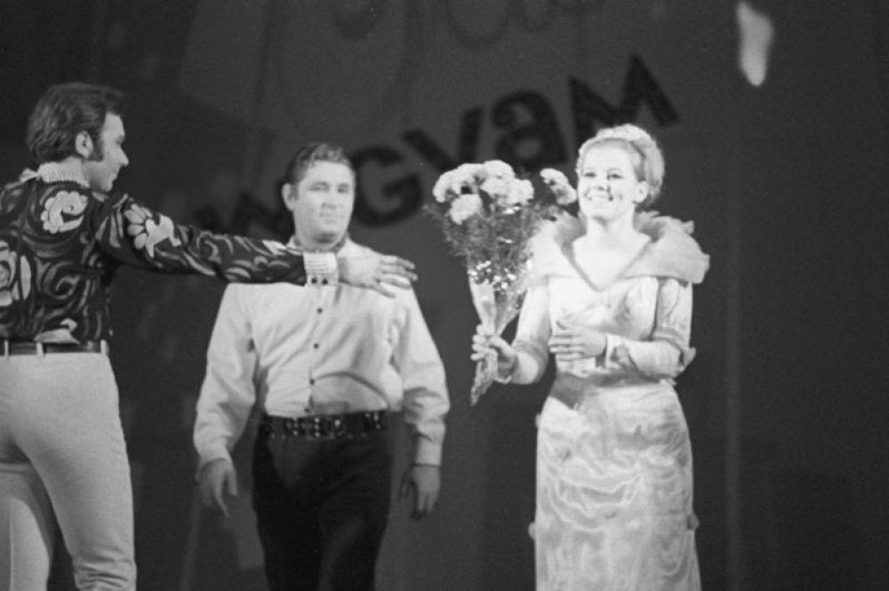 Артистка Людмила Сенчина принимает цветы от зрителей после спектакля. Ленинградский театр музыкальной комедии. 1974 год.