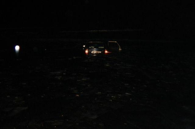 Шофёр Опель съехал сдороги вДнепр— авто извлекли cотрудники экстренных служб