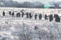 Сотрудники МЧС прочёсывают поле в Раменском районе, где разбился Ан-148.
