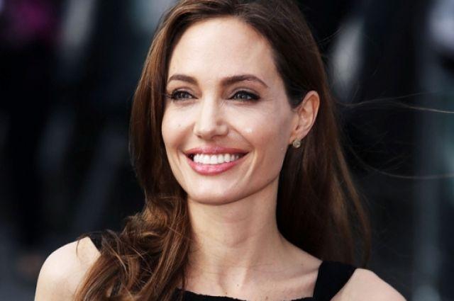 Джоли вполупрозрачном кружевном одеяние восхитила всех накинопремии