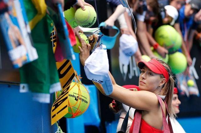 Мяч, вылетевший к зрителям во время игры, принято возвращать на площадку.