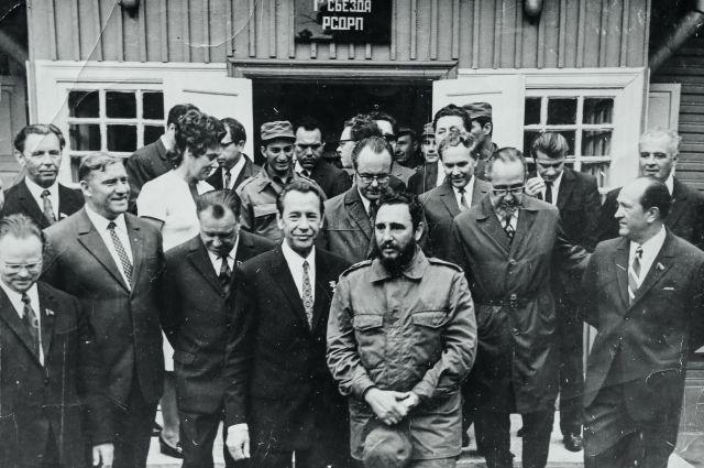 Петр Машеров и Фидель Кастро на пороге дома I съезда РСДРП.