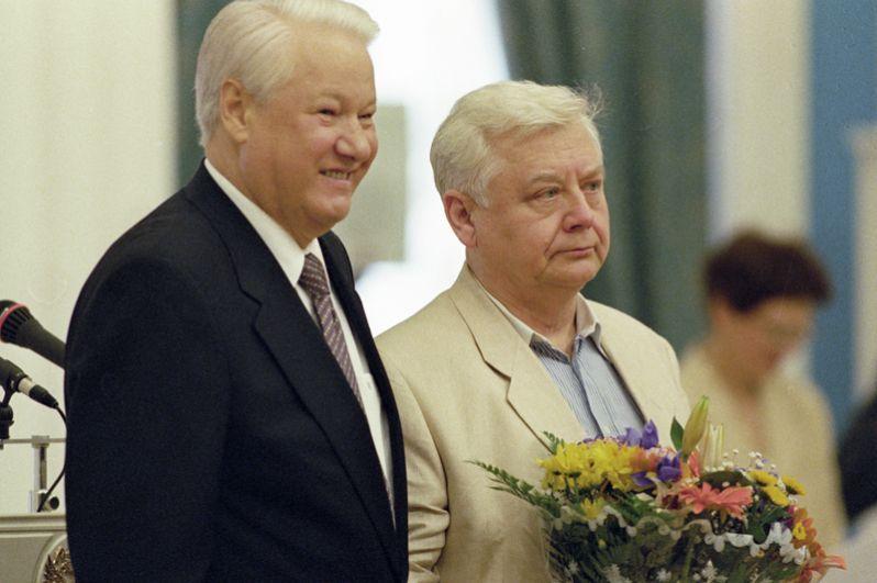 Президент РФ Борис Ельцин вручает режиссеру Олегу Табакову государственную премию России за 1997 год.