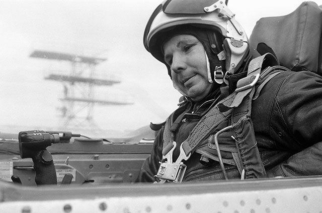 Юрий Гагарин готовится к выполнению полетного задания в кабине реактивного истребителя «МИГ-21».