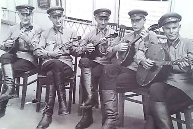 На фотографии в центре - Валерий Иванович Раевский.