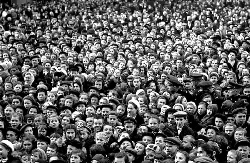 Газеты 10 мая писали, что центральные площади столицы превратились в одну гигантскую эстраду, на которой выступали сотни артистов. На фото — площадь Маяковского.