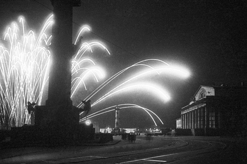 Фейерверк на Пушкинской площади в Ленинграде.