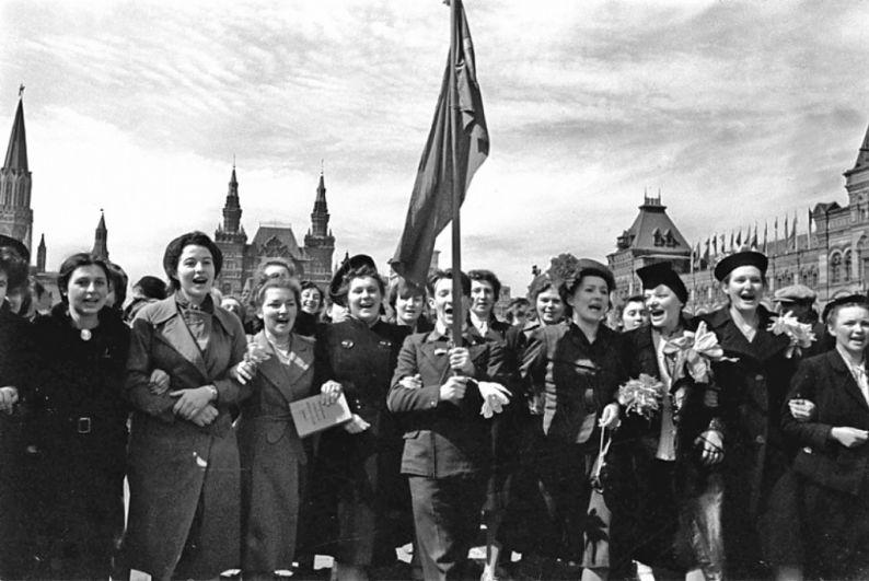 Студенты Архитектурного института проходят по Красной площади