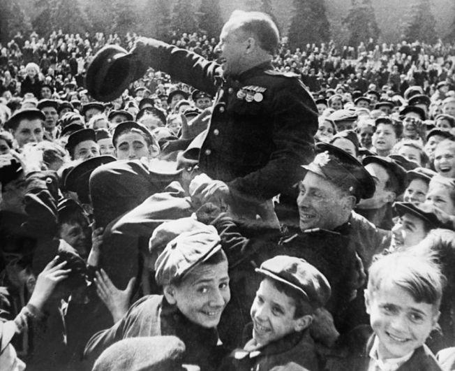 Москва бурлила, улицы и площади были заполнены народом, люди плакали и смеялись от счастья, пели песни и качали всех попадающихся по пути военнослужащих.