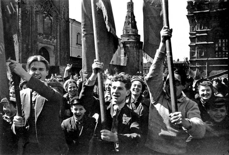 Люди, взявшись за руки, двигались по улицам Москвы. На фото Красная площадь