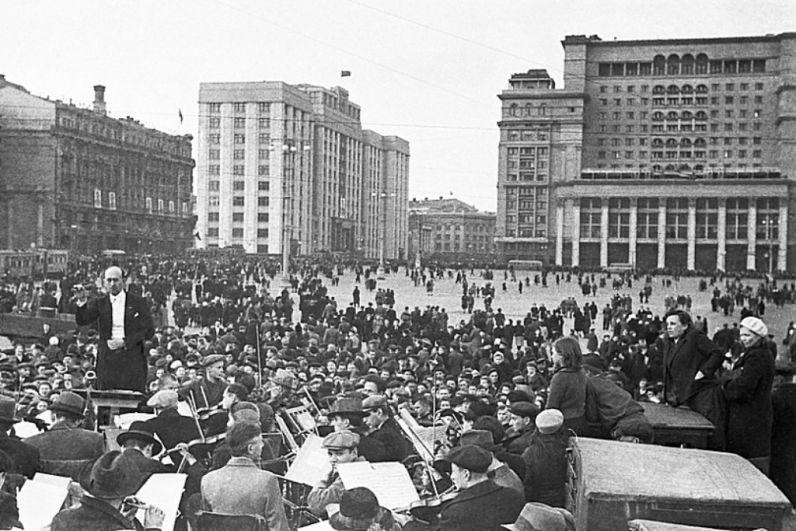 На Манежной площади выступает Большой Государственный симфонический оркестр