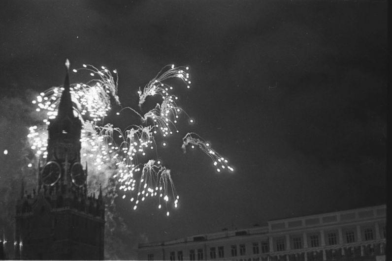 В Москве 9 мая дали салют в честь долгожданной Победы: тысячи зенитных орудий выпустили 30 залпов.
