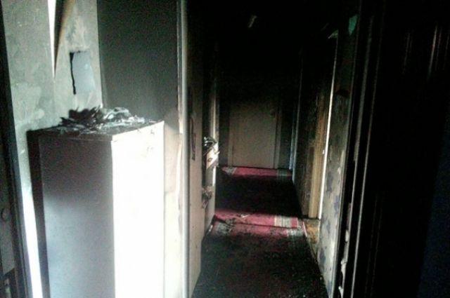 В квартире огнем уничтожены внутренняя отделка и имущество в кухне, закопчены стены и потолок.