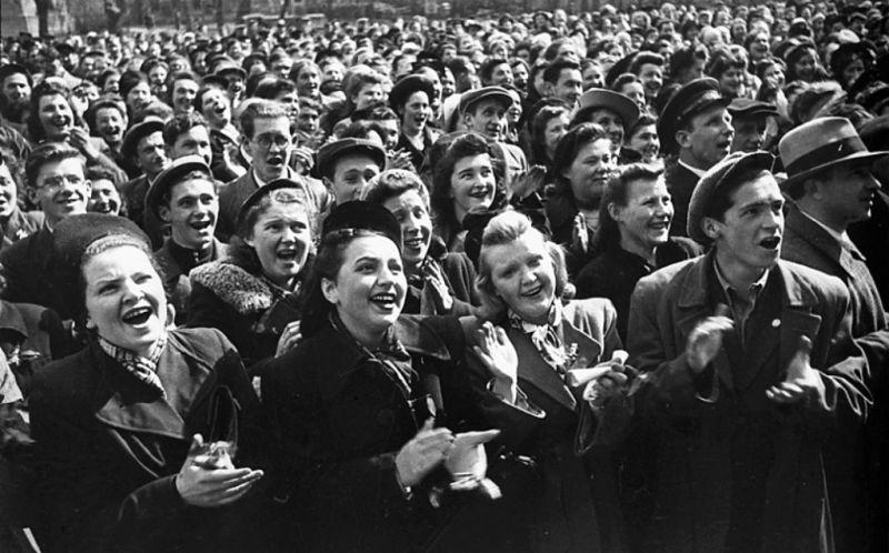 Студенты Ленинградского университета вместе отмечают Победу.