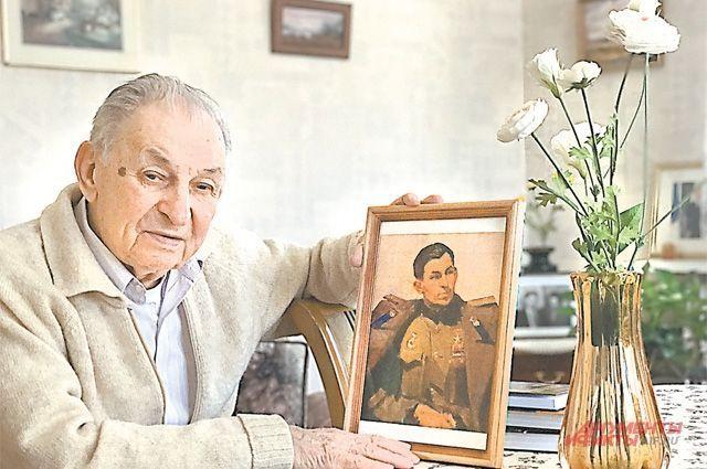 Василий Васильевич держит в руках репродукцию собственного портрета кисти своего дяди Фёдора Решетникова. Тот написал племянника в 1947 г. в Москве.