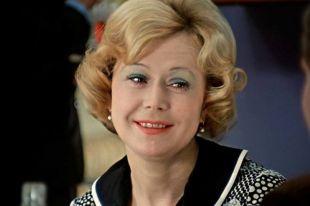 Запоминающимися ролями в кино Немоляева обязана Эльдару Рязанову.