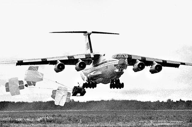 Десантирование БМД. Ил-76 летел на высоте 2-7 м от земли.