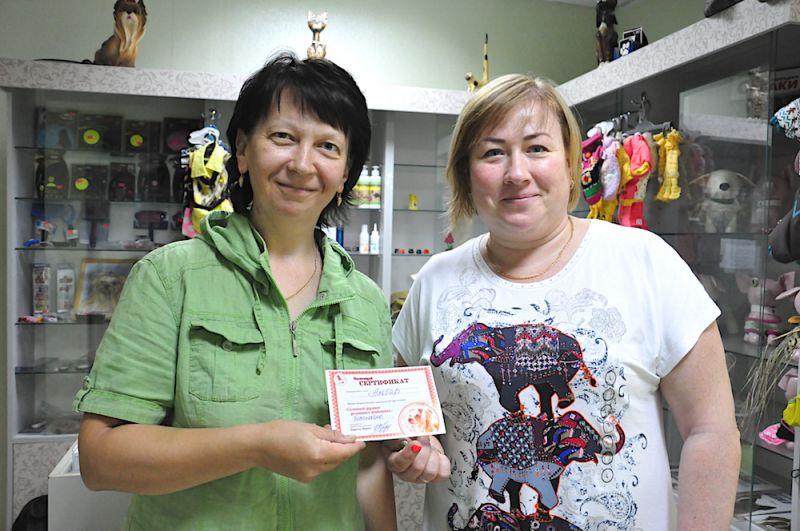 Приехав к грумеру, нас сразу же встретила владелец груминг-салона и вручила подарочный сертификат на бесплатное посещение грумера.
