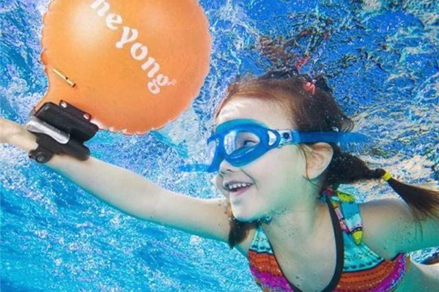 При возникновении экстремальной ситуации достаточно нажать кнопку, и за полсекунды надуется подушка безопасности (как в автомобиле), которая удержит тонущего ребёнка на воде.