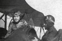 Генерал-майор Н.П. Каманин и ефрейтор А.Н. Каманин в кабине самолета У-2