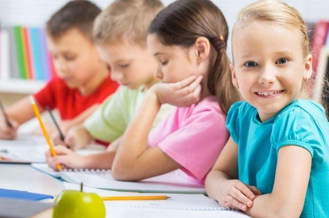 В первый класс принимаются дети, которым на 1 сентября соответствующего учебного года исполняется шесть и более лет.