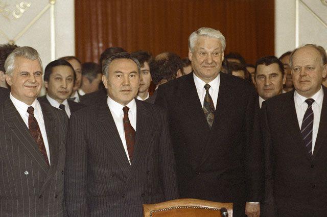 Леонид Кравчук, Нурсултан Назарбаев, Борис Ельцин и Станислав Шушкевич после подписания Протокола о создании СНГ.