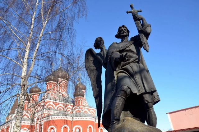 Стоит памятник князю Борису как основателю. Но это не мешает существовать и другим версиям возникновения города.