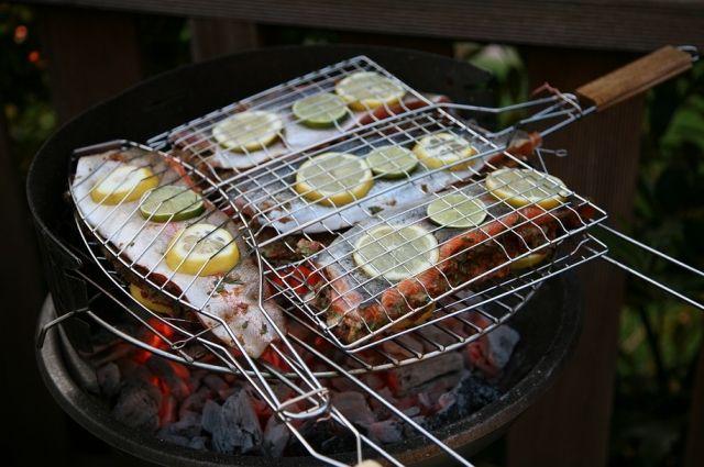 Свежая рыба на гриле получается сочной, её филе хорошо отделяется от костей