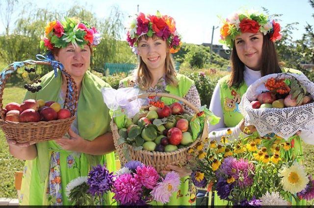 Яблоки в конце лета - самый праздничный фрукт.