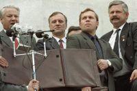 Борис Ельцин, Геннадий Бурбулис (2 слева), Александр Руцкой (первый справа) на митинге перед зданием Верховного совета РСФСР. 22 августа 1991 г.