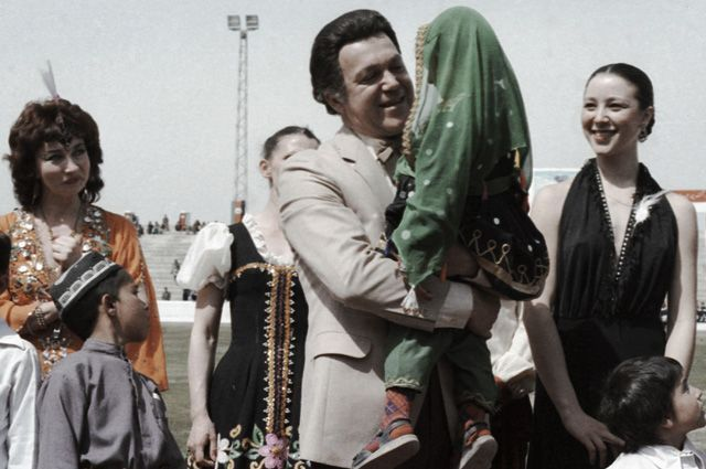 Иосиф Кобзон выступает на стадионе в Кабуле, 1985 г.
