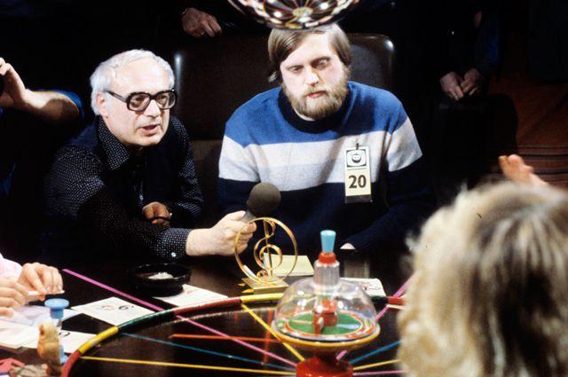 Телеведущий викторины «Что? Где? Когда?» Владимир Ворошилов ждет ответа на вопрос. Слева от него — Александр Бялко. 1984 г.