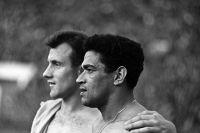 Гарринча (на переднем плане) и Василий Данилов. Товарищеский матч СССР — Бразилия — 0:3. Москва, июль 1965 года.