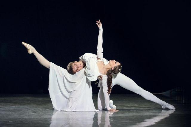 Версию Валентина Елизарьева называли актерским балетным спектаклем.