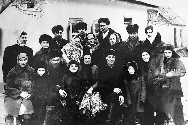 Лидия Семченко (на фото в ярком платке) через 30 лет после войны нашла родственников и старшую сестру Полину в селе Броварки в Украине.
