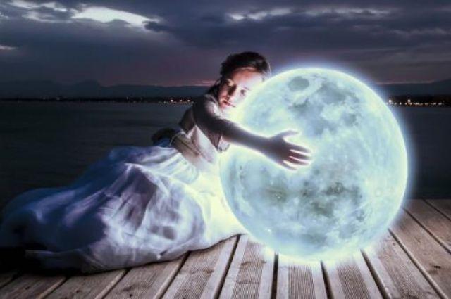 Астрологи считают, что судьбу человека определяют не только звезды, но и Луна. Она воздействует на приливы и отливы, а человек на 75% состоит из воды, поэтому попадает под ее влияние.