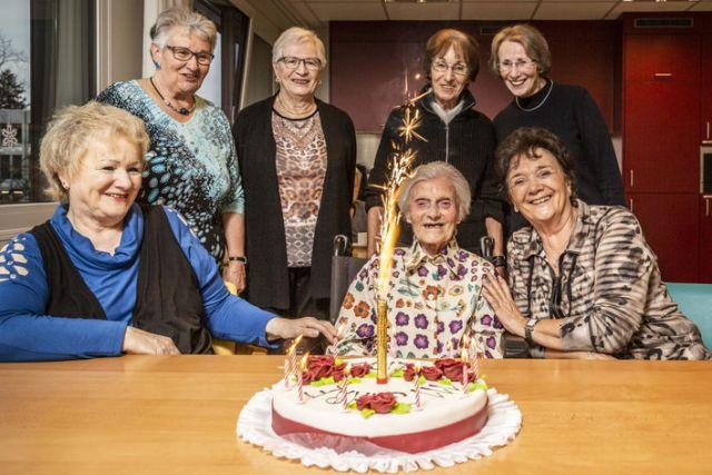 Алиса Шауфельбергер встретила свой 111-й день рождения в окружении племянниц.