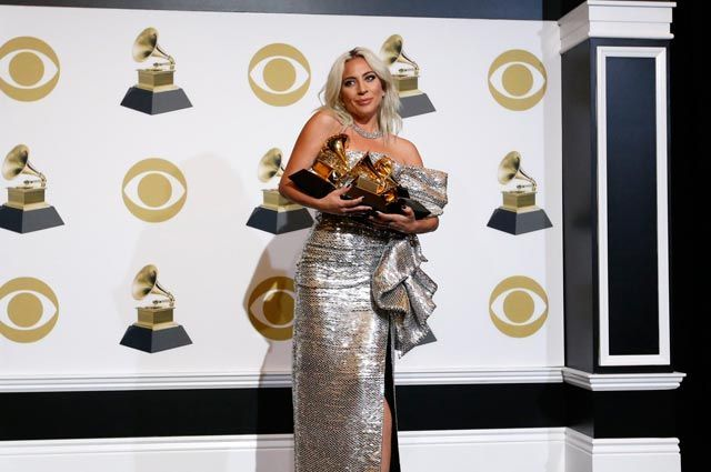 Леди Гага позирует за кулисами со своими наградами за Лучшую песню.
