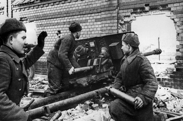Артиллерийский расчет 76,2-мм дивизионного орудия ЗиС-3 под командованием старшины Нурмухамеда Баланаберова ведет бой на территории Померании.