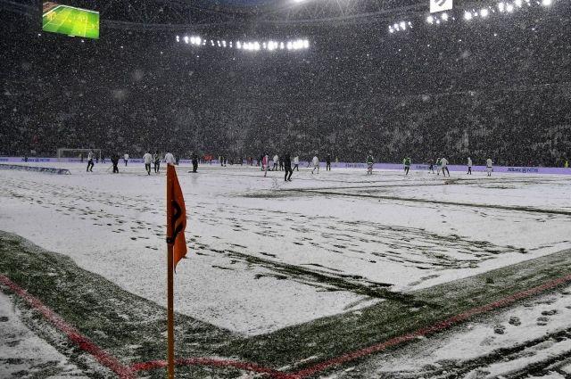 Футбольный матч могут перенести из-за снегопада или мороза.