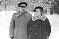 Семен Михайлович Буденный со своей супругой Марией Васильевной на загородной даче. 1966 г.