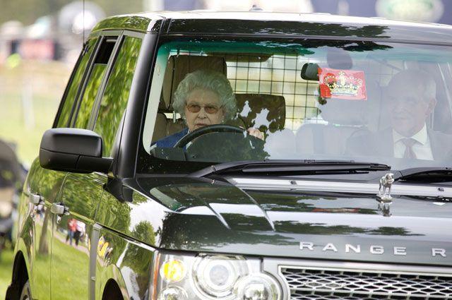 Елизавета II за рулем своего автомобиля.