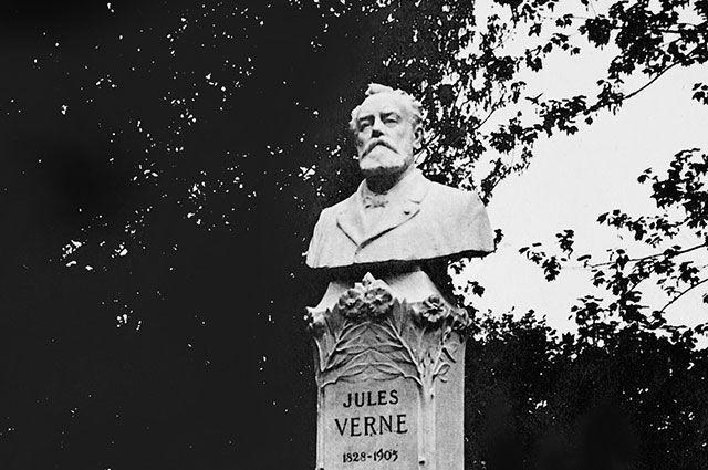 Памятник Жюлю Верну в Амьене.