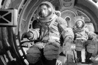 Космонавты готовятся к тренировке в условиях невесомости. 1960 г.